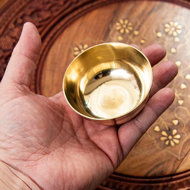 インドの礼拝用 ブラスボウル【直径:約8cm】 5 - 手に持ってみました。程よい重量感が手にしっくりとはまります。