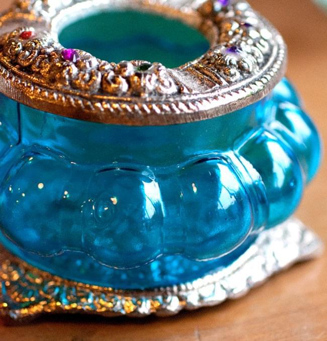 ホワイトメタル装飾 カラーガラス灰皿(水)の写真3 - 拡大写真です。ガラスのキャンドルランプのような、丸みを帯びた形が素敵です。