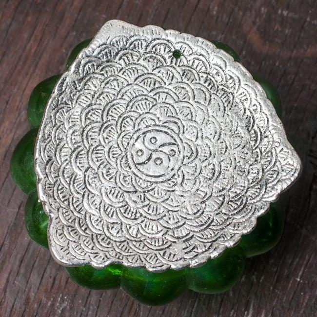 ホワイトメタル装飾 カラーガラス灰皿(水)の写真5 - 裏面の写真です(色違いの商品となります) 小さな空気抜きの穴があります。