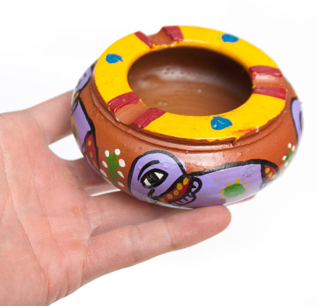 ミティラー村の陶器の灰皿 - 紫 6 - サイズ比較のために手に持ってみました