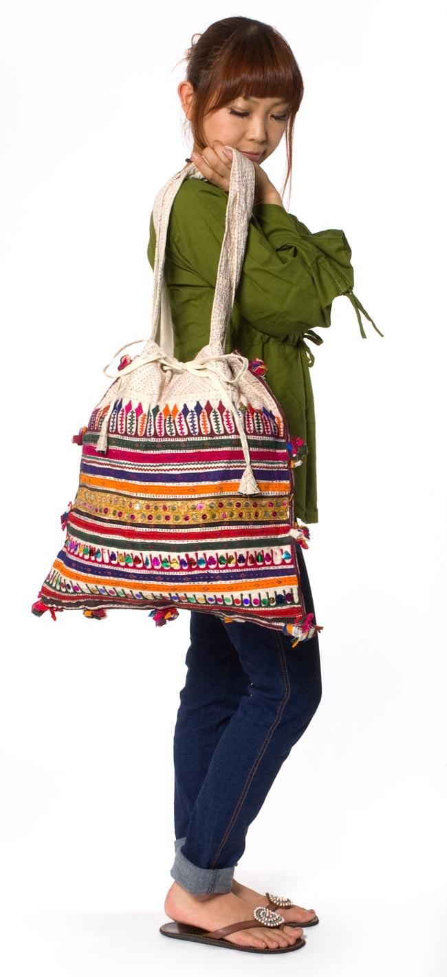 カッチ刺繍のトートバッグ 4 - ほぼ同じサイズで別の刺繍のバッグを身長150cmのモデルさんに着用してもらいました