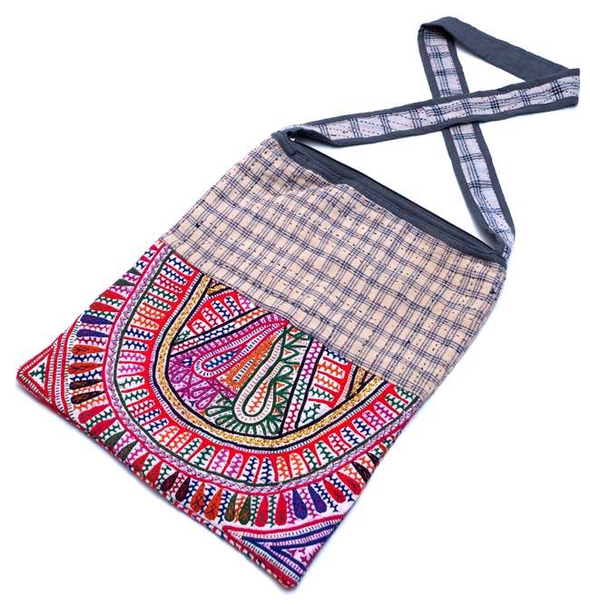 カッチ刺繍のショルダーバッグ 2 - 刺繍を拡大したところです