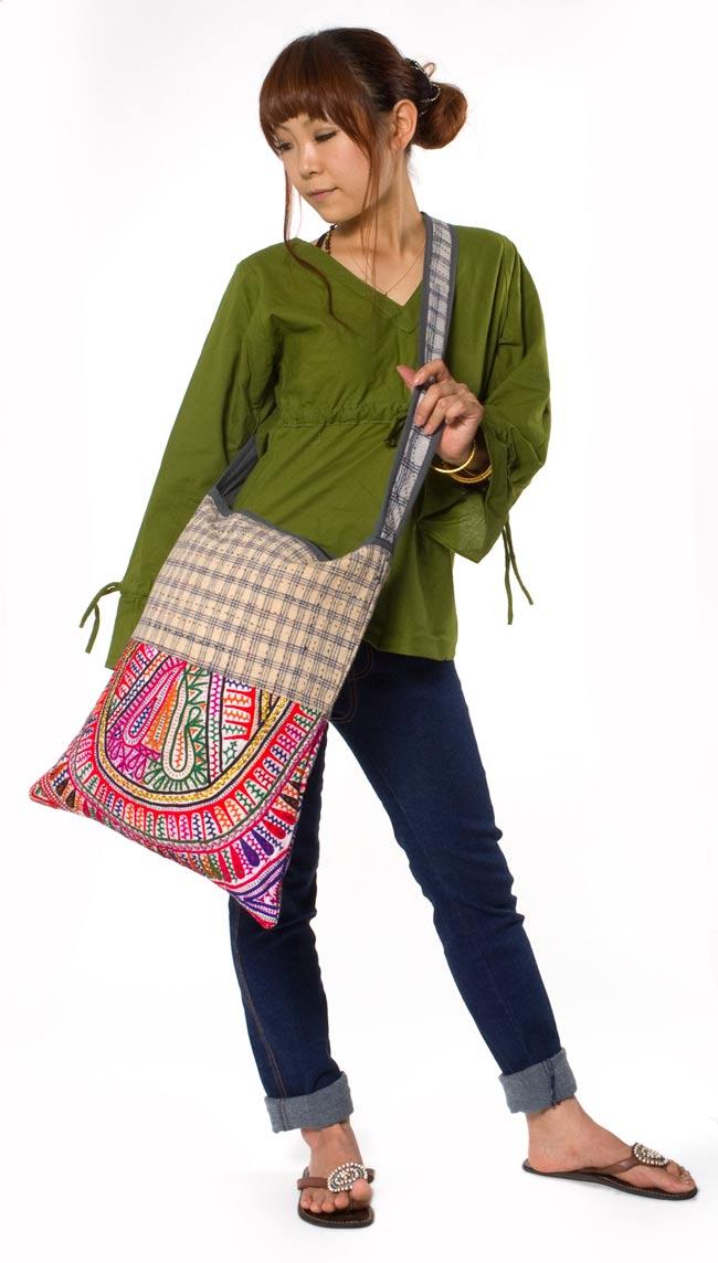 カッチ刺繍のショルダーバッグ 4 - ほぼ同じサイズで別の刺繍のバッグを身長150cmのモデルさんに着用してもらいました