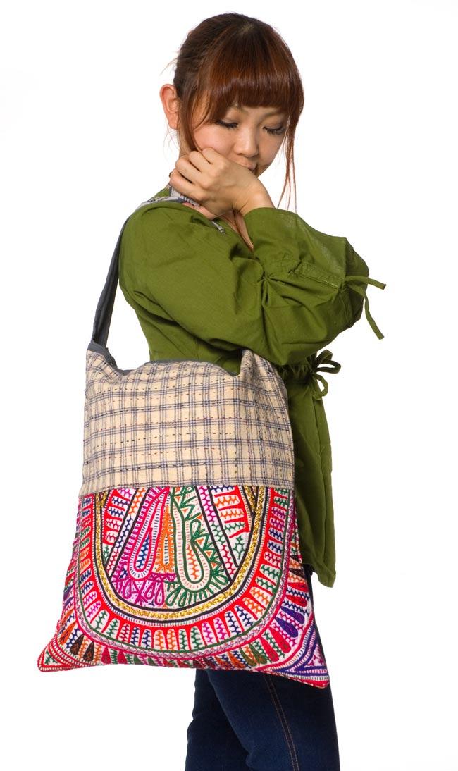 カッチ刺繍のショルダーバッグ 5 - ほぼ同じサイズで別の刺繍のバッグを身長150cmのモデルさんに着用してもらいました