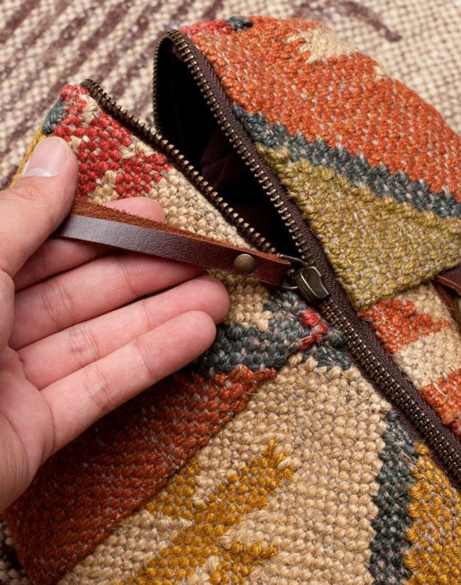〔一点もの〕伝統を紡いだ インドキリムのヨガマットバッグ 10 - メイン収納のファスナー拡大写真です。引き手にもレザーが付いていて開きやすいです。金具の色合いにもこだわりを感じます。