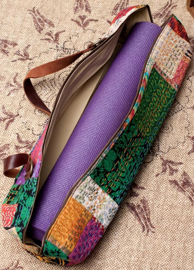 〔一点もの〕伝統を紡いだ インドキリムのヨガマットバッグ 12 - [縦幅61cm、横幅172cm、厚さ4mm]のヨガマットを試しにいれてみたところです。