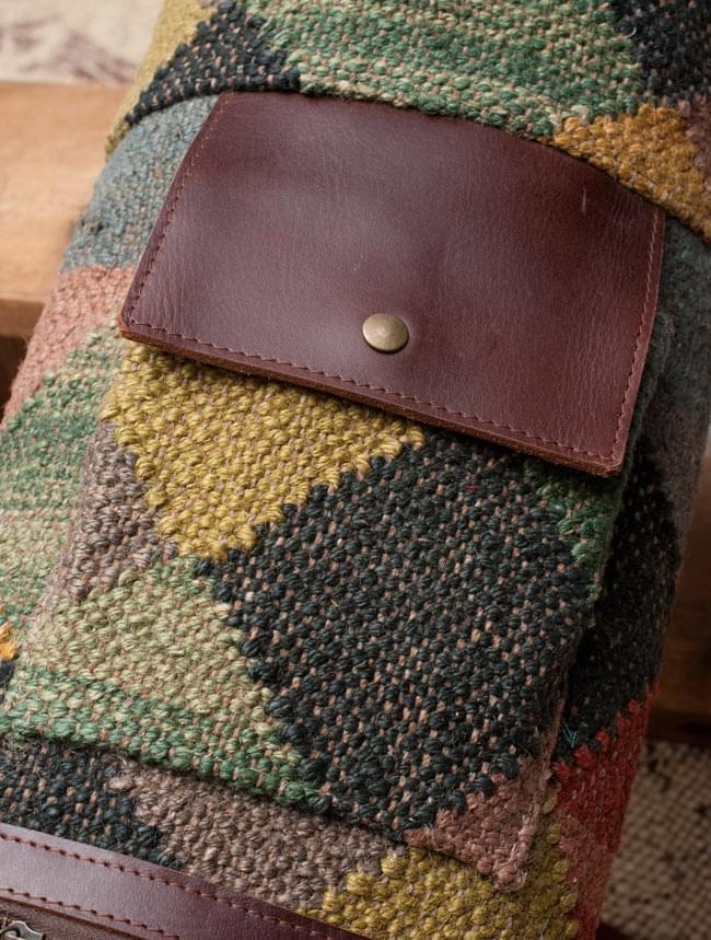 〔一点もの〕伝統を紡いだ インドキリムのヨガマットバッグ 4 - ポケットの拡大写真です