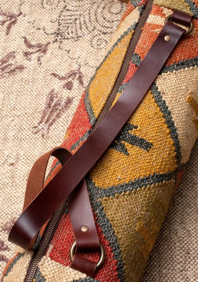 〔一点もの〕伝統を紡いだ インドキリムのヨガマットバッグ 6 - 肩にかける紐部分の写真です。【以下の写真は、デザイン違いの同ジャンル品の写真となります。】