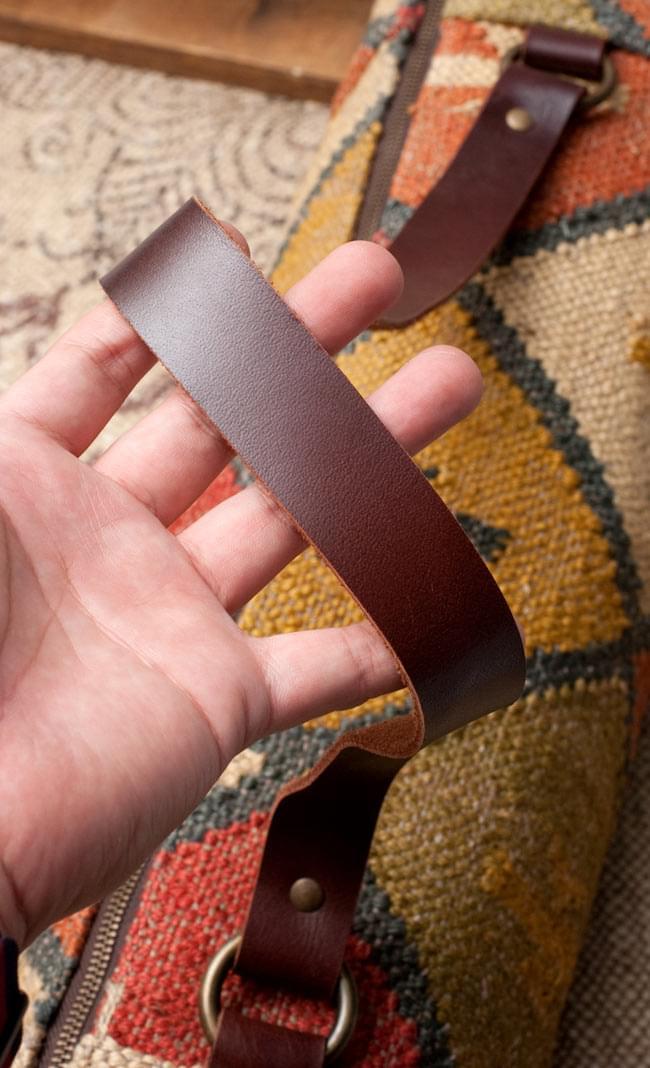 〔一点もの〕伝統を紡いだ インドキリムのヨガマットバッグ 7 - 拡大写真です。しっかりとした丈夫に作られたレザーです。
