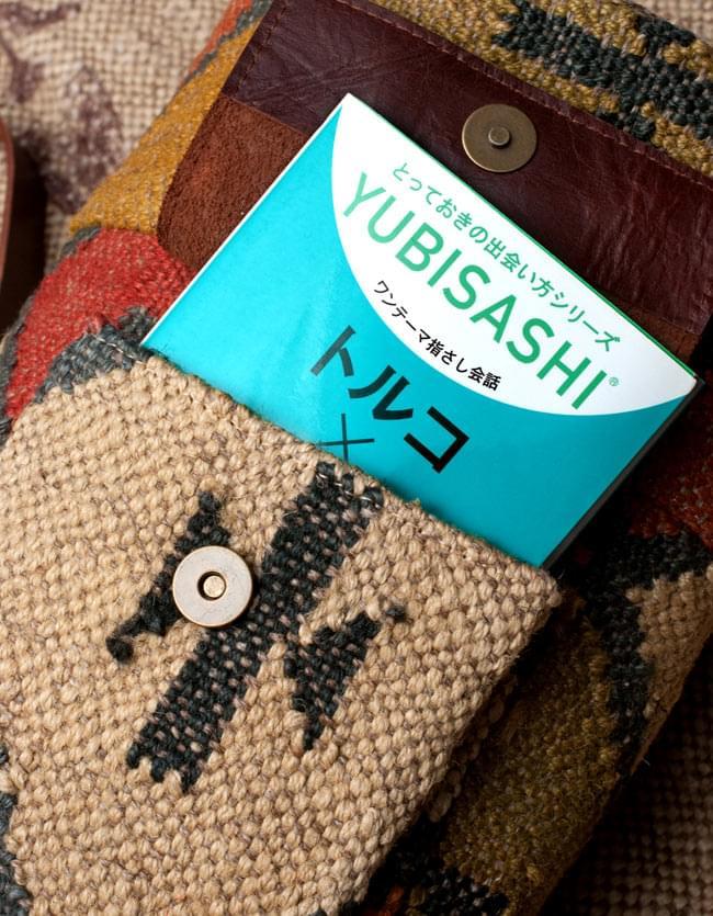 〔一点もの〕伝統を紡いだ インドキリムのヨガマットバッグ 8 - 1つ目のポケットは、マグネットボタン式。しっかり留まりますが、適度な力で簡単に開くので使い勝手も良いです。サイズは文庫本ぐらいの大きさです。