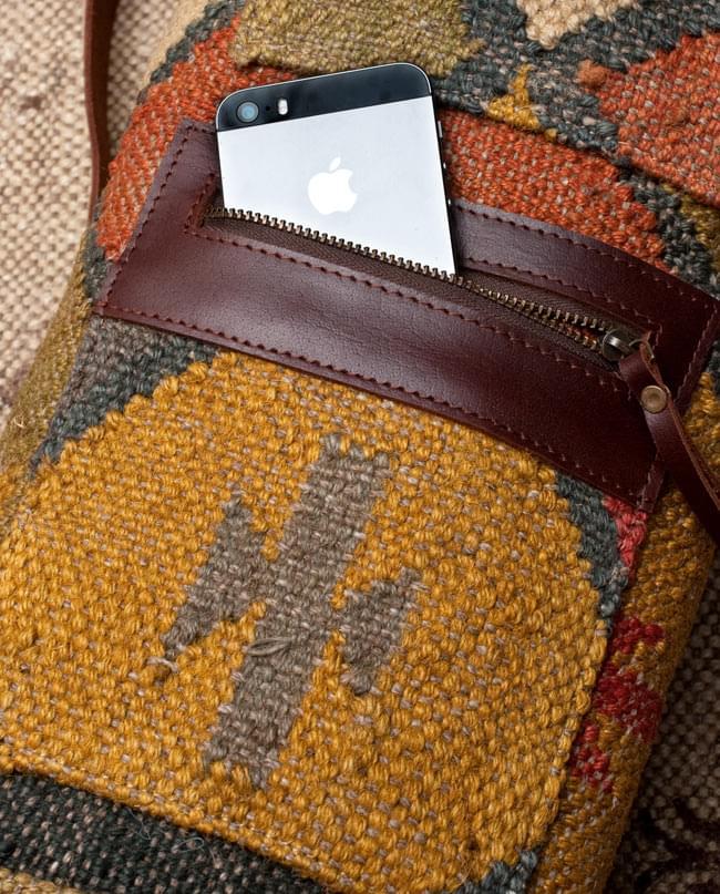 〔一点もの〕伝統を紡いだ インドキリムのヨガマットバッグ 9 - 2つ目のポケットは、ファスナー式でしっかりと収納できます。