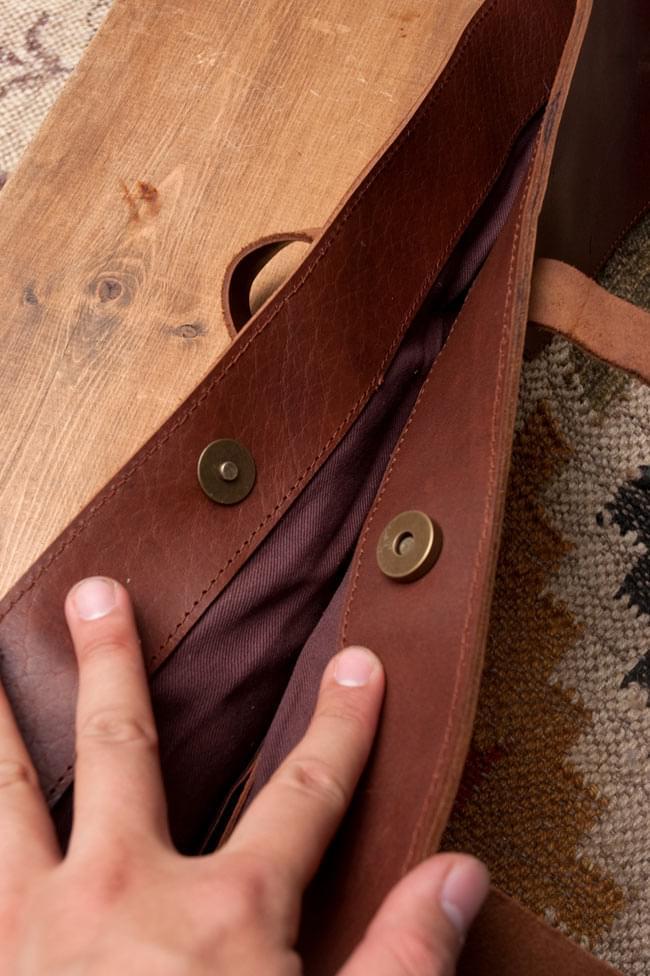 [インド品質]〔一点物〕伝統を紡いだ インドキリムのトラベルバッグ 10 - 開口部はマグネットボタン式です。しっかり留まりますが、適度な力で簡単に開くので使い勝手も良いです。
