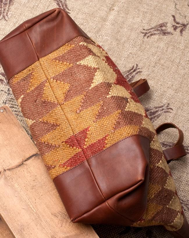 [インド品質]〔一点物〕伝統を紡いだ インドキリムのトラベルバッグ 3 - 底面の写真です。普段見えない部分もしっかり作られています。