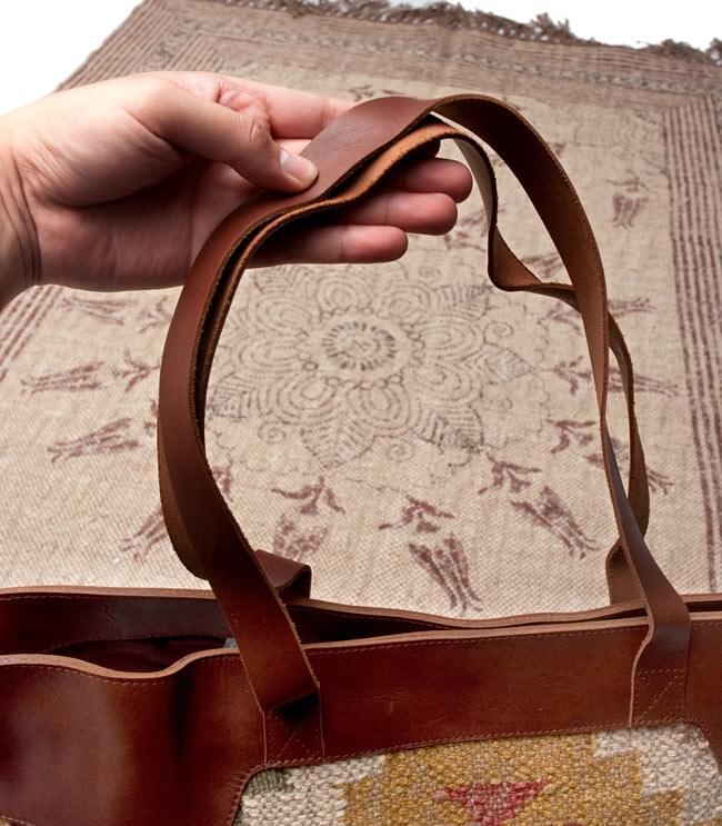 [インド品質]〔一点物〕伝統を紡いだ インドキリムのトラベルバッグ 6 - 持ち手部分の写真です。余裕があり肩にかけることができます。【以下の写真は、デザイン違いの同ジャンル品の写真となります。】