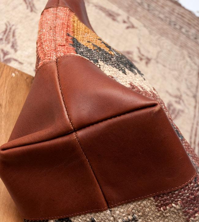 [インド品質]〔一点物〕伝統を紡いだ インドキリムのトラベルバッグ 8 - 底面もレザーでしっかり覆われ、型崩れしにくいです。