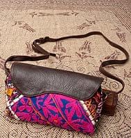 【一点物】伝統を紡いだ カッチ刺繍のポーチウォレット