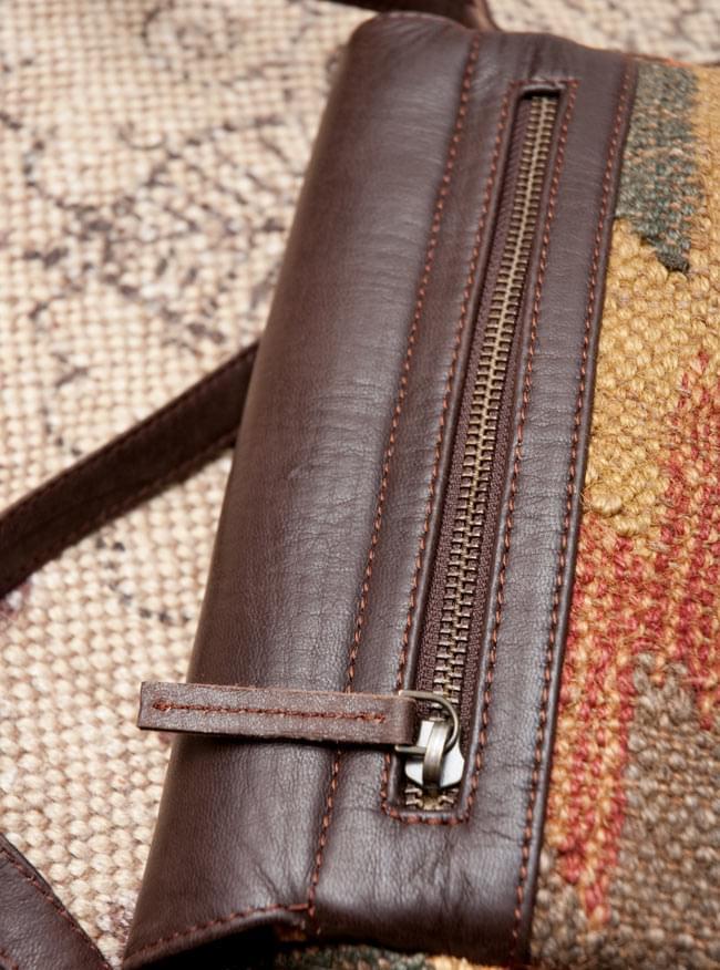 〔一点物〕伝統を紡いだ ラリーキルトのポーチウォレット 10 - 裏面にあるファスナー式の小物入れです。引き手にもレザーストラップが付いていて開きやすいです。