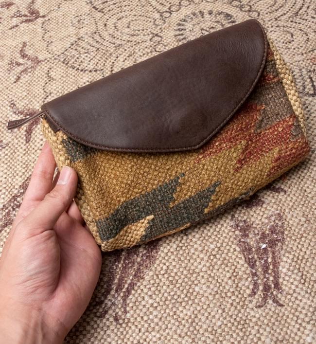 〔一点物〕伝統を紡いだ ラリーキルトのポーチウォレット 6 - サイズを感じていただく為、手に持ってみたところです。【以下の写真は、デザイン違いの同ジャンル品の写真となります。】