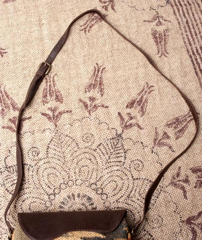〔一点物〕伝統を紡いだ ラリーキルトのポーチウォレット 7 - ショルダー紐の写真です。【以下の写真は、デザイン違いの同ジャンル品の写真となります。】