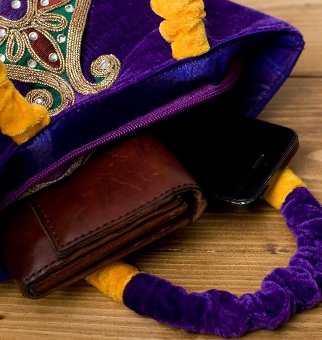 インドのゴージャスハンドバッグ - ワンポイントペイズリー 5 - 長財布を入れるとちょっと飛び出してしまいますが、小さめのお財布だったら、携帯、ハンカチ、リップ等問題なく入ります。