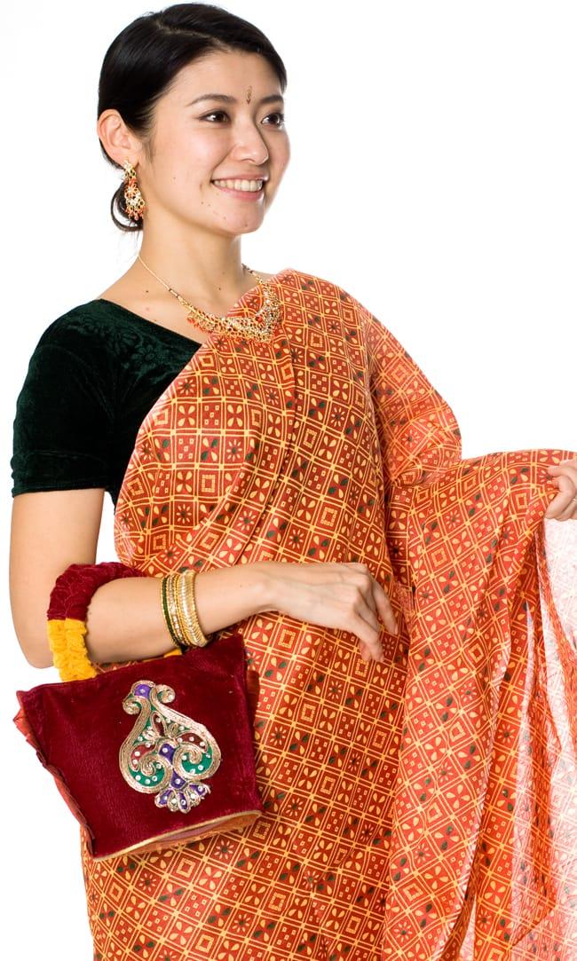 インドのゴージャスハンドバッグ - ワンポイントペイズリー 9 - サリーに合わせて持ってみました。サリーだけでなく、パンジャビドレスにも合いますよ。