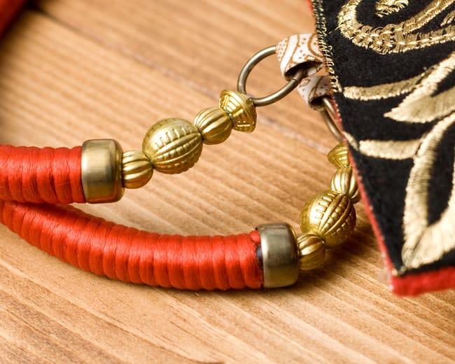 インドのゴージャスハンドバッグ - ブラック&ゴールド 5 - 持ち手の金具部分をアップにしてみました。ゴージャズな作りになっています。
