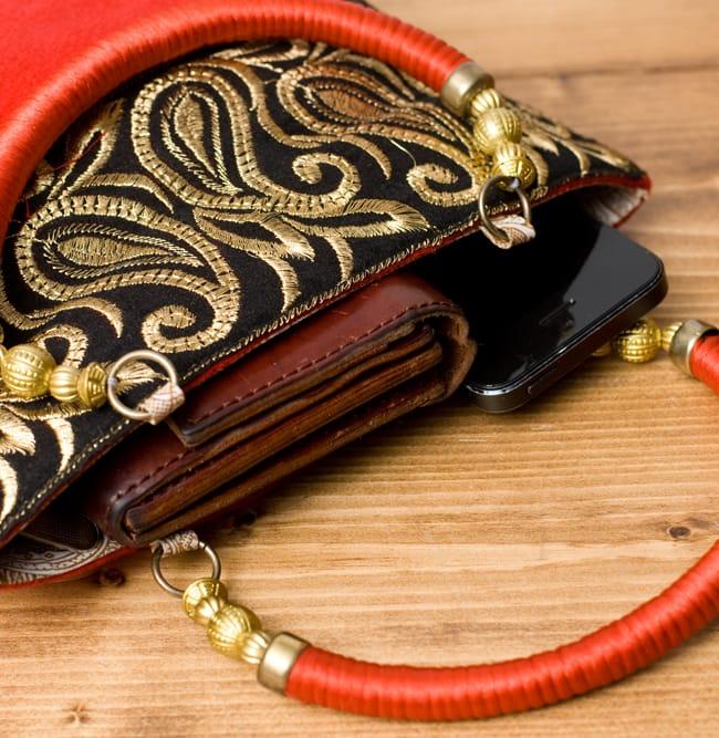 インドのゴージャスハンドバッグ - ブラック&ゴールド 7 - 長財布を入れるとちょっと飛び出してしまいますが、小さめのお財布だったら、携帯、ハンカチ、リップ等問題なく入ります。
