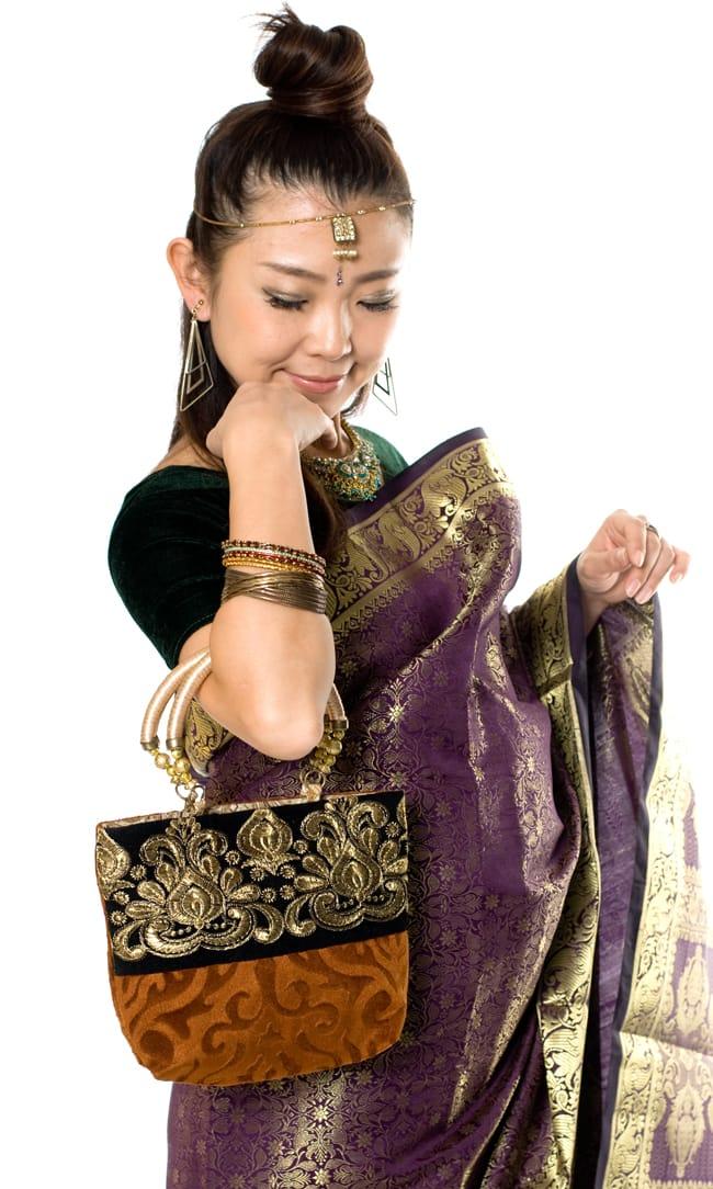 インドのゴージャスハンドバッグ - ブラック&ゴールド 9 - サリーに合わせて持ってみました。サリーだけでなく、パンジャビドレスにも合いますよ。