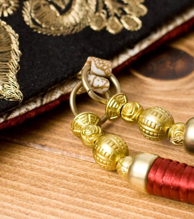 インドのゴージャスハンドバッグ - ブラック&ゴールドの写真5 - 持ち手の金具部分をアップにしてみました。ゴージャズな作りになっています。
