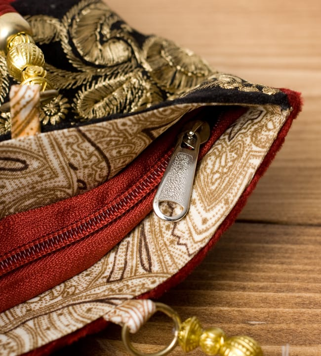 インドのゴージャスハンドバッグ - ブラック&ゴールドの写真6 - 開口部はジップなので、中が飛び出すこともなく安心です。