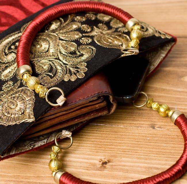 インドのゴージャスハンドバッグ - ブラック&ゴールドの写真7 - 長財布を入れるとちょっと飛び出してしまいますが、小さめのお財布だったら、携帯、ハンカチ、リップ等問題なく入ります。