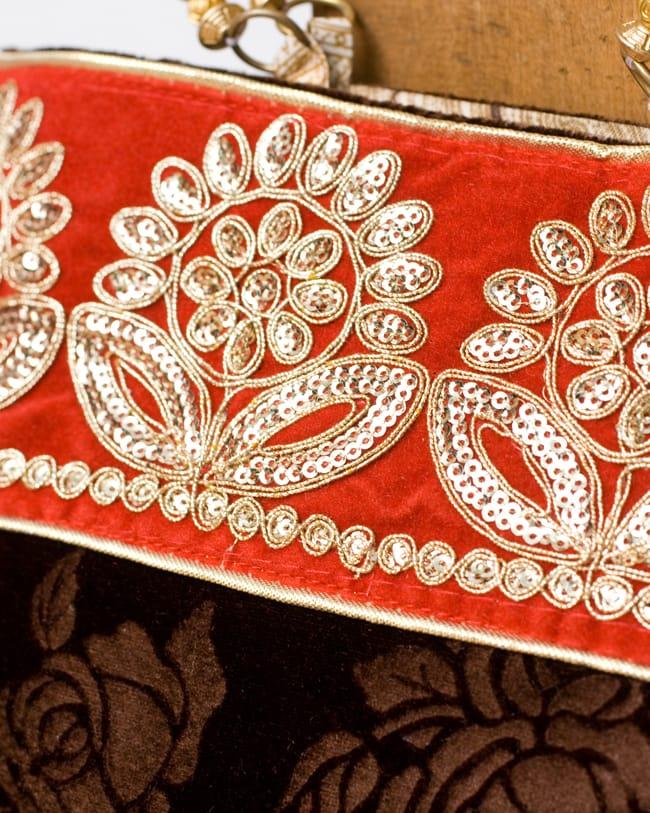 インドのゴージャスハンドバッグ - 赤地フラワーの写真2 - 柄の部分をアップにしてみました。