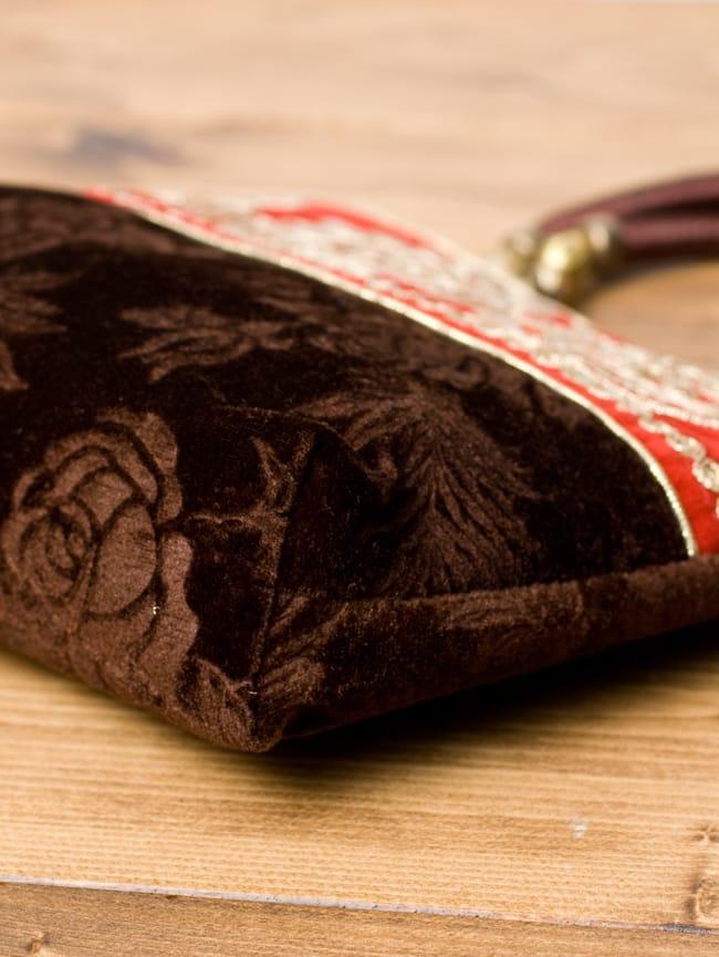 インドのゴージャスハンドバッグ - 赤地フラワーの写真4 - 横にしてみました。マチはしっかりあります。