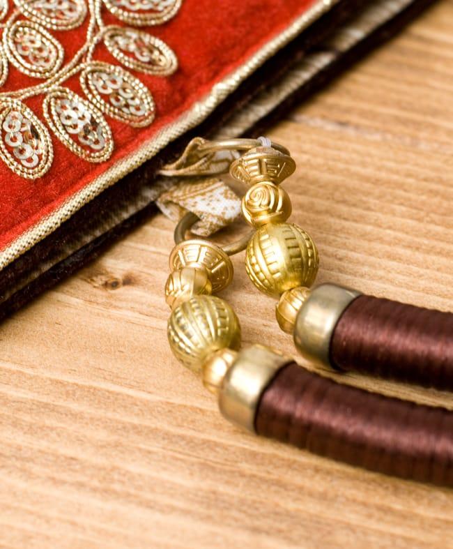 インドのゴージャスハンドバッグ - 赤地フラワーの写真5 - 持ち手の金具部分をアップにしてみました。ゴージャズな作りになっています。