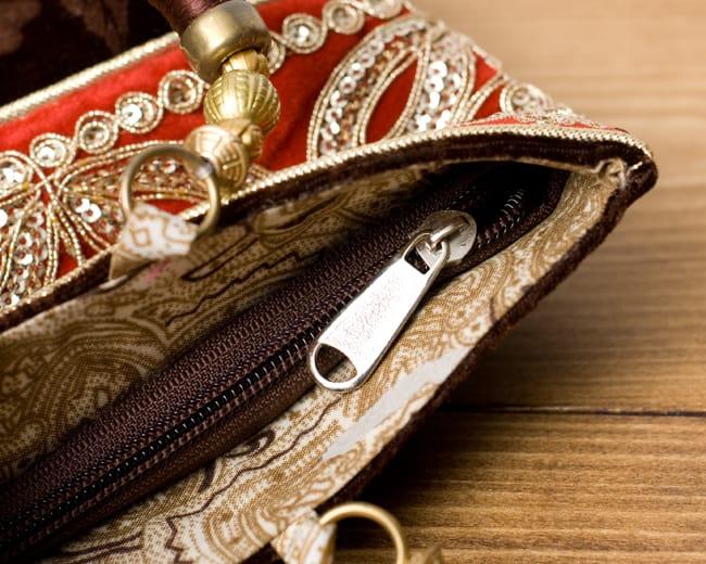 インドのゴージャスハンドバッグ - 赤地フラワーの写真6 - 開口部はジップなので、中が飛び出すこともなく安心です。