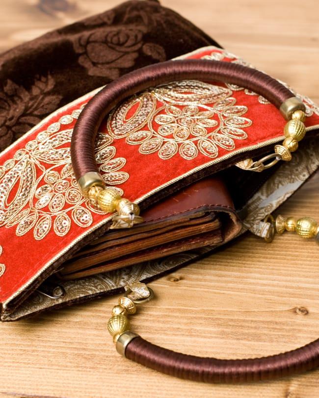 インドのゴージャスハンドバッグ - 赤地フラワーの写真7 - 長財布を入れるとちょっと飛び出してしまいますが、小さめのお財布だったら、携帯、ハンカチ、リップ等問題なく入ります。
