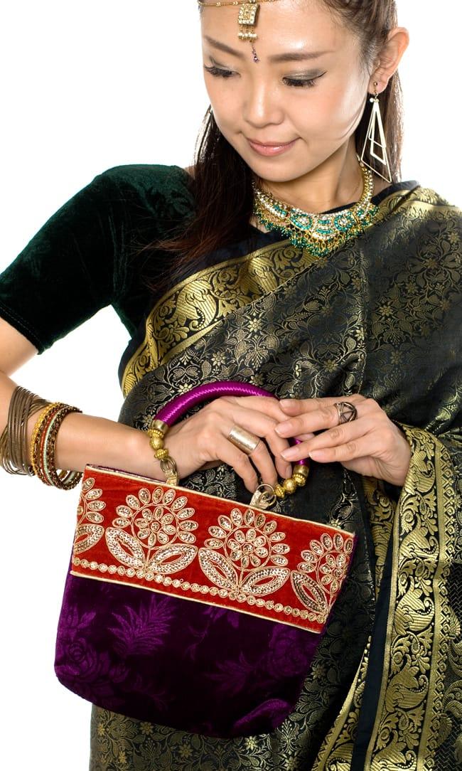 インドのゴージャスハンドバッグ - 赤地フラワーの写真8 - サリーに合わせて持ってみました。サリーだけでなく、パンジャビドレスにも合いますよ。