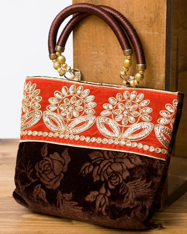 インドのゴージャスハンドバッグ - 赤地フラワーの写真