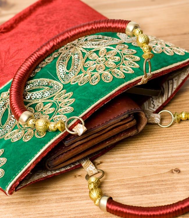 インドのゴージャスハンドバッグ - 緑地フラワー  7 - 長財布を入れるとちょっと飛び出してしまいますが、小さめのお財布だったら、携帯、ハンカチ、リップ等問題なく入ります。