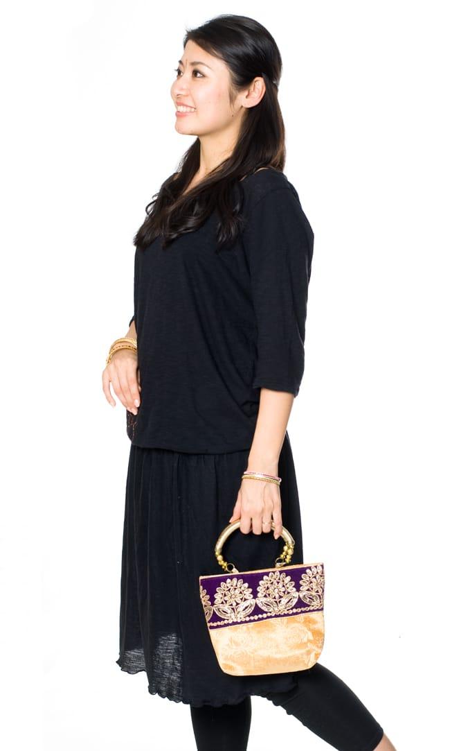 インドのゴージャスハンドバッグ - 緑地ペイズリー  8 - シンプルなコーディネートに合わせて持ってみました。サリーやパンジャビドレスにもよく合います。