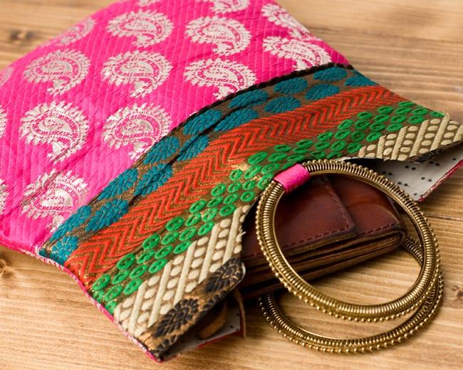 インドのゴージャスハンドバッグ - ペイズリー 6 - 長財布を入れるとちょっと飛び出してしまいますが、小さめのお財布だったら、携帯、ハンカチ、リップ等問題なく入ります。