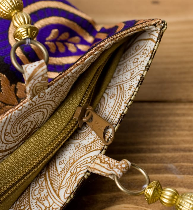 インドのゴージャスハンドバッグ - ゴールドペイズリー 6 - 開口部はジップなので、中が飛び出すこともなく安心です。
