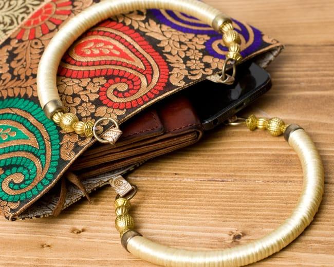インドのゴージャスハンドバッグ - ゴールドペイズリー 7 - 長財布を入れるとちょっと飛び出してしまいますが、小さめのお財布だったら、携帯、ハンカチ、リップ等問題なく入ります。