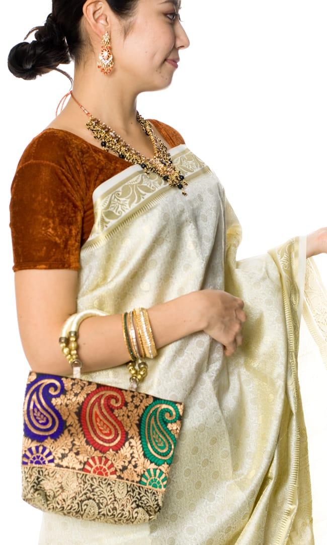 インドのゴージャスハンドバッグ - ゴールドペイズリー 8 - サリーに合わせて持ってみました。パンジャビドレスにもよく合います。