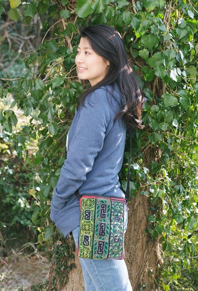【一点物】モン族刺繍のスクエアショルダーバッグ 13 - モデルさんの使用例です