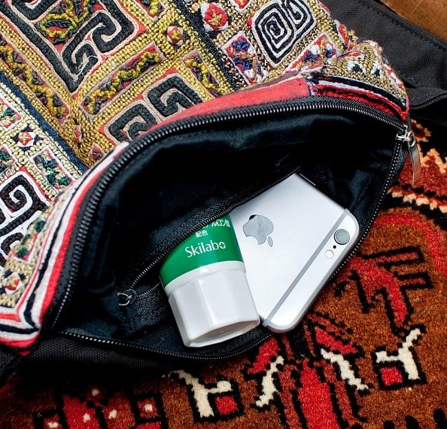 【一点物】モン族刺繍のスクエアショルダーバッグ 11 - このように、ちょっとした物を分けて入れておくことができます。