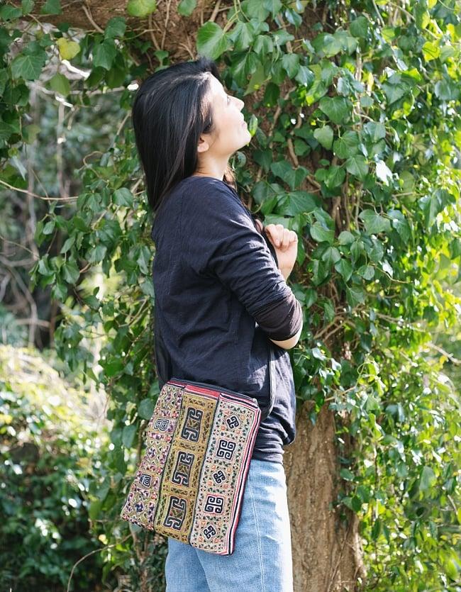 【一点物】モン族刺繍のスクエアショルダーバッグ 14 - モデルさんの使用例です