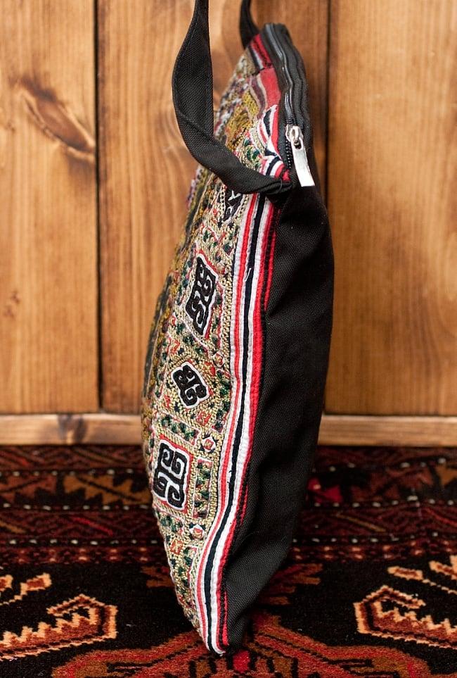 【一点物】モン族刺繍のスクエアショルダーバッグ 4 - 横からの写真です