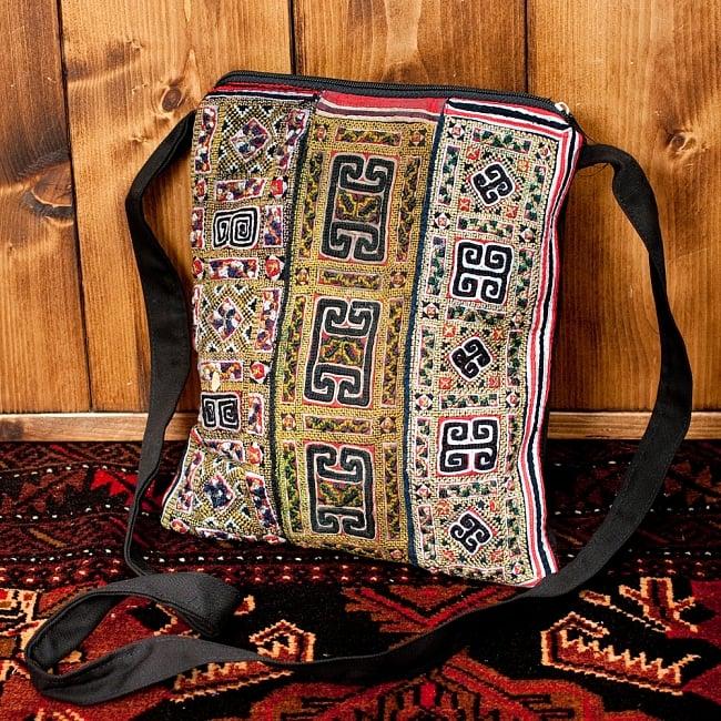 【一点物】モン族刺繍のスクエアショルダーバッグの写真
