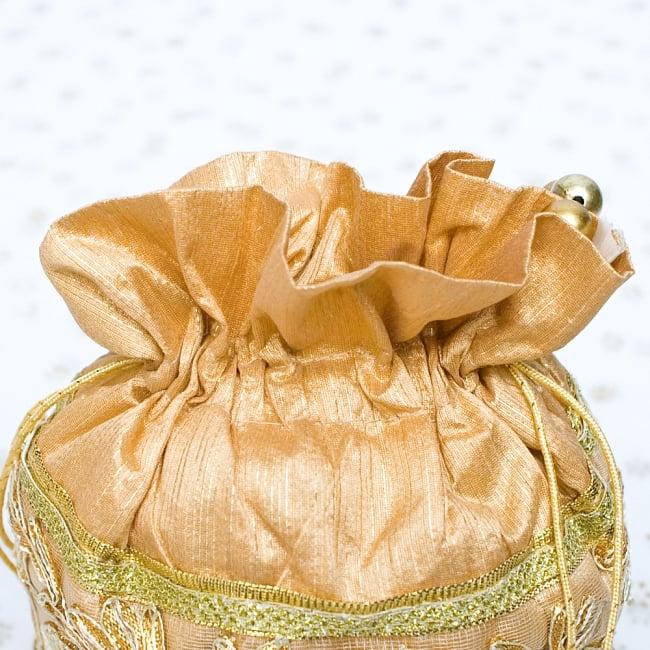 インドのきらきらミニバッグ  - ゴールド 4 - 開口部は両サイドの紐で絞るタイプです!